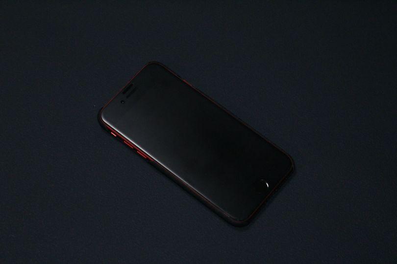 iPhone SE2(2020)用のPITAKA MagEZ Caseのケースと本体は一体感がある