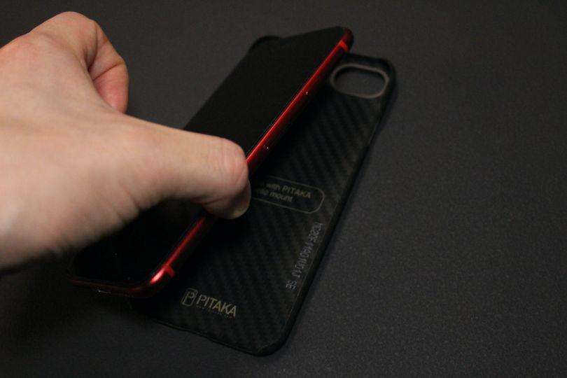 iPhone SE2(2020)用のPITAKA MagEZ Caseのはケースに簡単にはまる