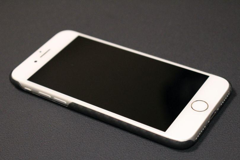 iPhone SE2(2020)用のPITAKA MagEZ Caseは本体がホワイトも似合う