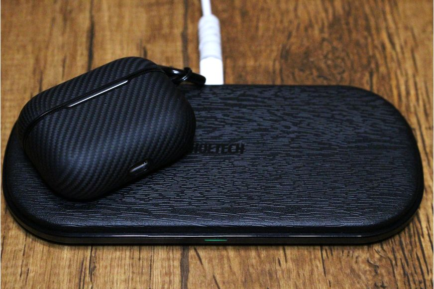 CHOTECH充電器 2台同時ワイヤレスチャージャーでAirPodsProを充電している様子