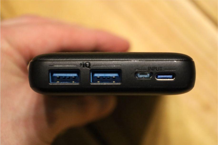 iPhoneを急速充電できるモバイルバッテリーAnkerEssential20000のポートは4つある