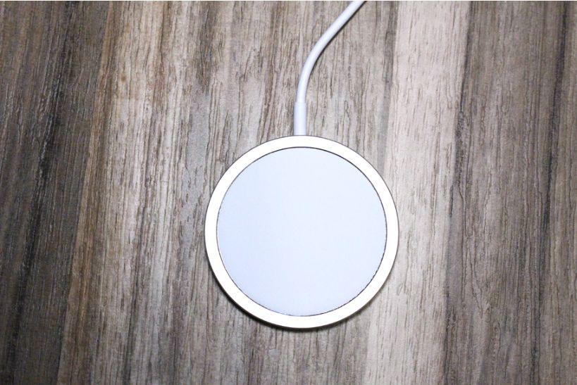 iPhone12シリーズ(無印・mini・Pro:Max)のApple MagSafe充電器本体表面
