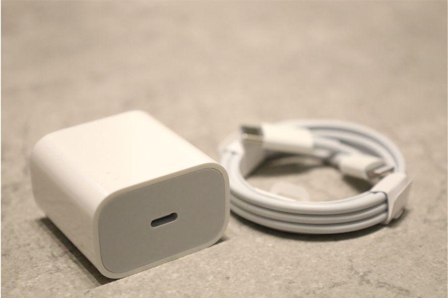 Apple純正の充電器とケーブルの画像