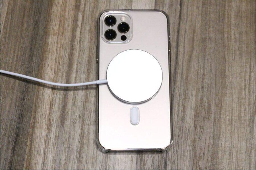 iPhone12シリーズ(無印・mini・Pro:Max)のApple MagSafe充電器本体とつけた後の状態