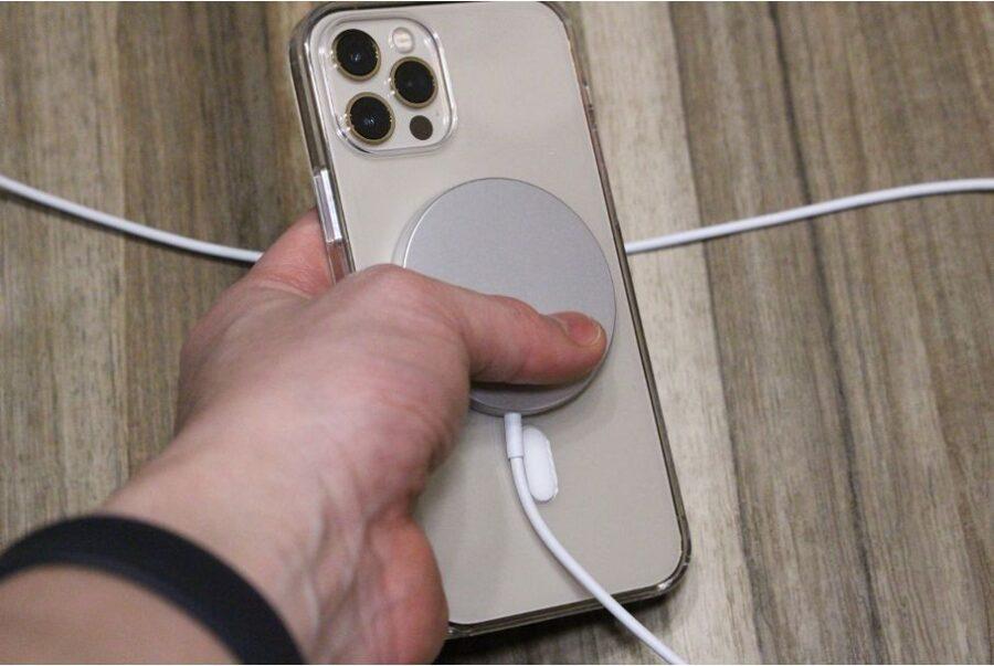 iPhone12シリーズ(無印・mini・Pro:Max)のApple MagSafe充電しながら操作可能