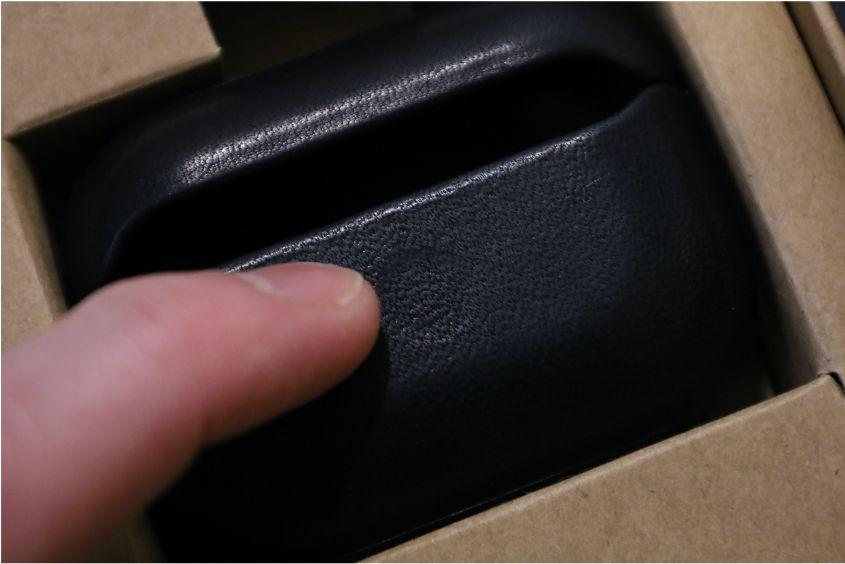 AirPods ProレザーケースのNOMAD Rugged Caseはペアリングボタンが押しやすい