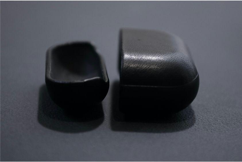 AirPods ProレザーケースのNOMAD Rugged Caseのの右側はスッポリとれる