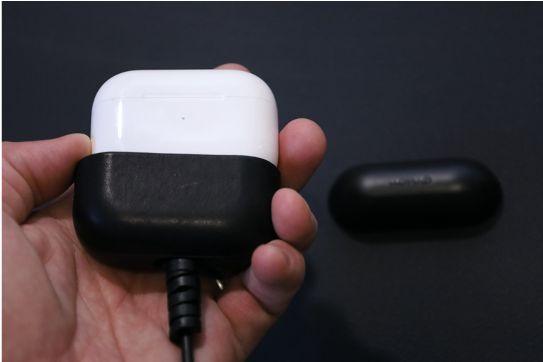 AirPods ProレザーケースのNOMAD Rugged Caseの取り外し手順2