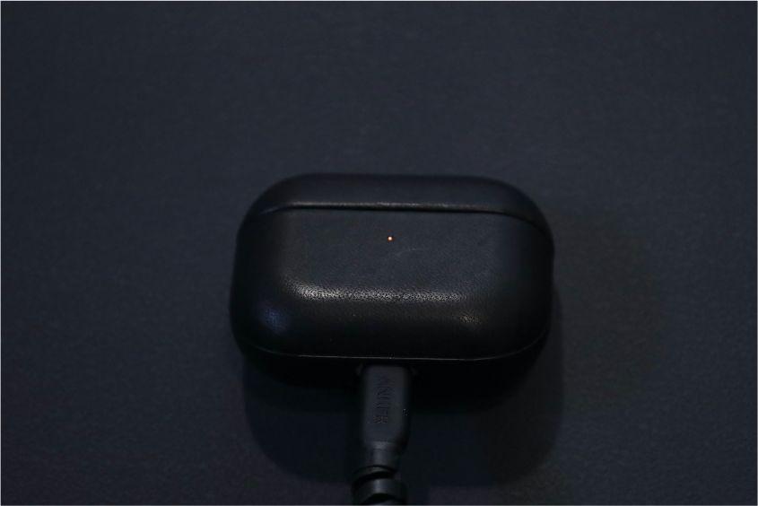 AirPods ProレザーケースのNOMAD Rugged Caseの有線充電中の状態