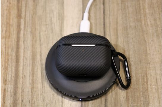 PITAKA Air Pal Mini for AirPods Proケースをワイヤレス充電中の様子