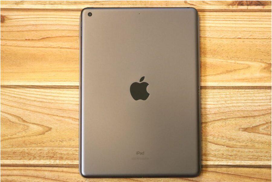 iPad Air4と無印iPad第7世代とならべて比較重ねてみた