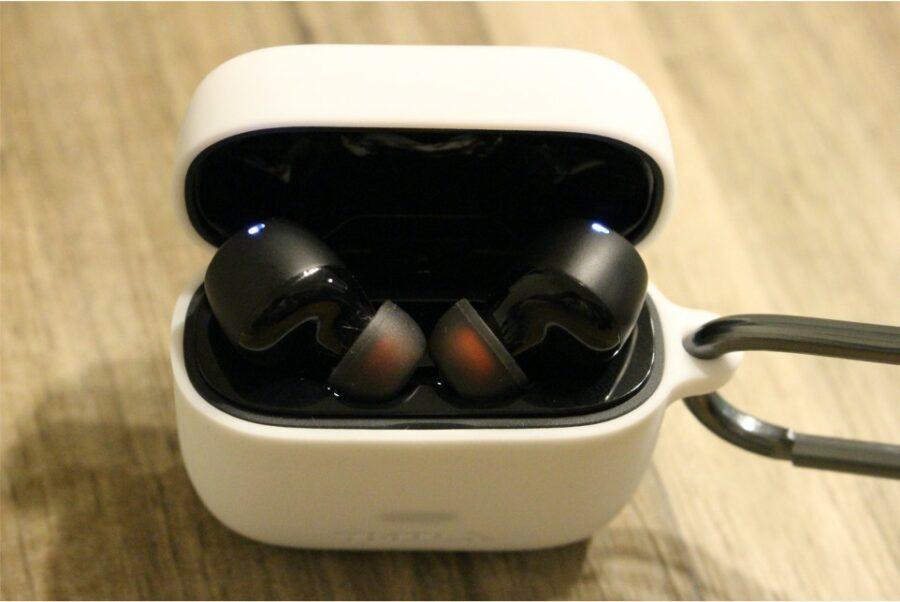 SoundCore Liberty Air2のAmazonで購入した1000円の専用ケースの蓋を開けるとLEDランプ点滅