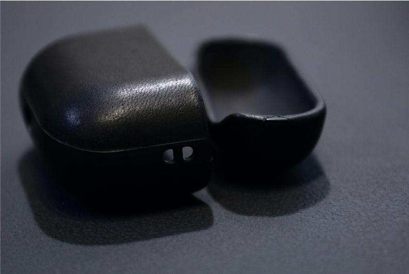 AirPods ProレザーケースのNOMAD Rugged Caseの左側にストラップ穴がある
