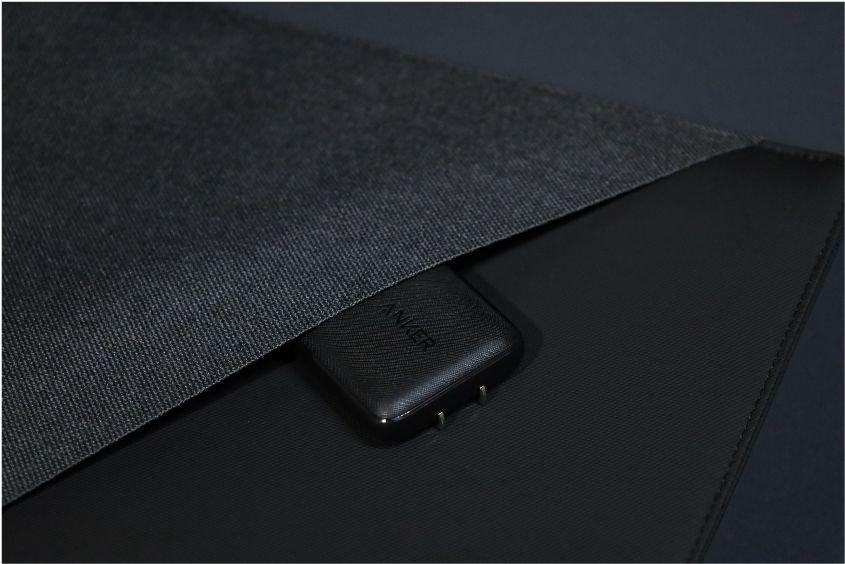 NATIVE UNION Stow Slim Sleeve MacBook Air-Pro用の本体に充電器を入れる