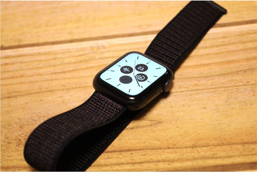 4色入り Apple WatchナイロンスポーツATUPバンド装着する2