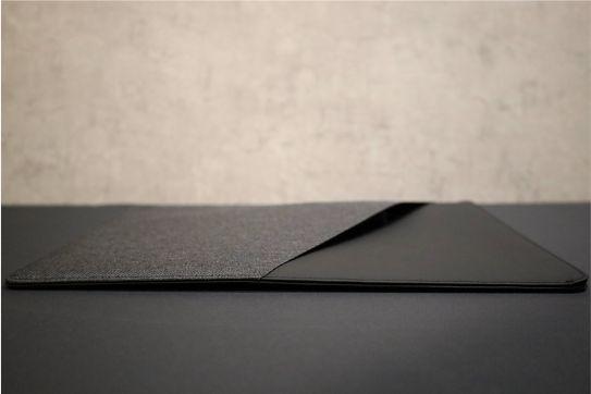 NATIVE UNION Stow Slim Sleeve MacBook Air-Pro用の本体充電器入れた痕