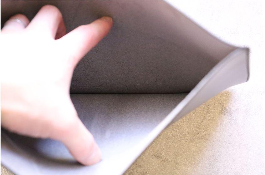 エレコムMacBook Air:Pro用のレザースリーブの中はクッション性有り