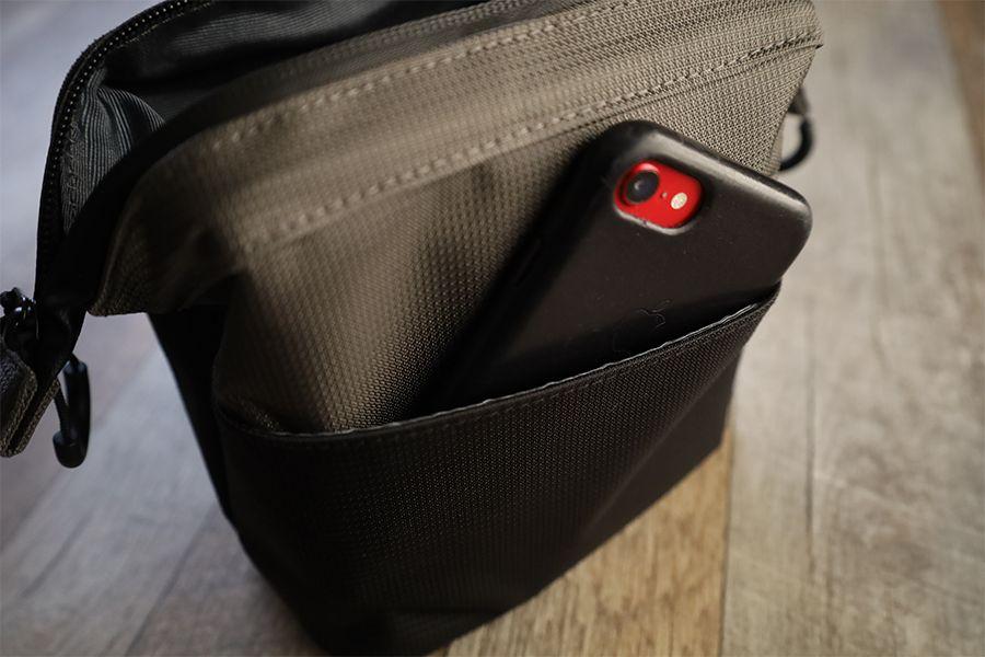 ユウボク東京デイズポーチの背面ポケットにiPhoneSE2がすっぽり入る