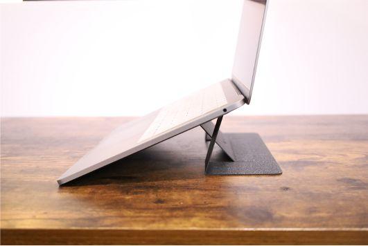 MacBook/ノートPCスタンドを導入すると冷却効果でパフォーマンス向上&寿命を延ばすことができる