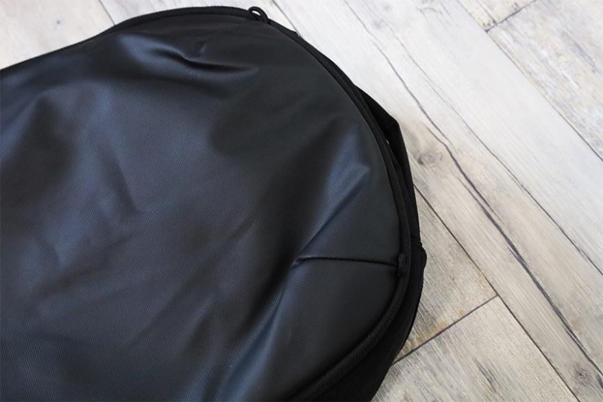東京ユウボクデイズポーチ【ガジェットポーチ】を細型バックパックを収納するとやや膨らみあり