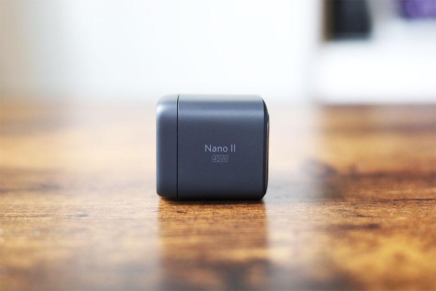 Anker Nano Ⅱ 45W充電器のサイドはロゴとワット数入
