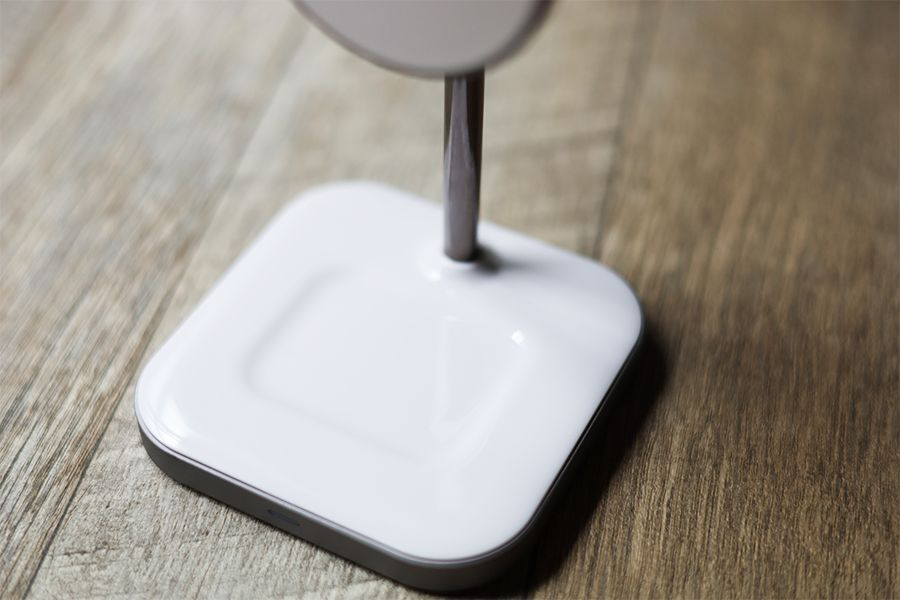 Satechi 2-in-1 MAGNETIC WIRESS CHARGING STANDは土台でAirPodsProを充電できる