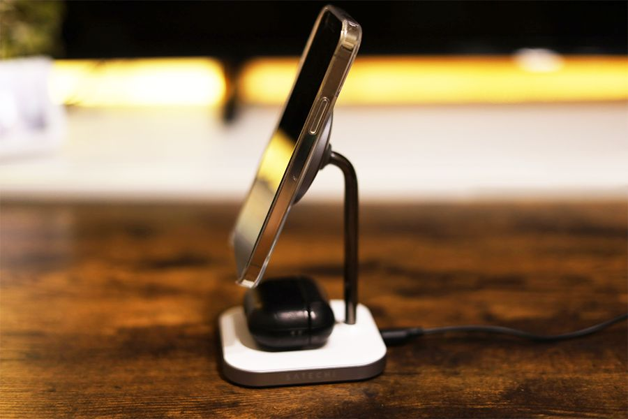 Satechi 2-in-1 MAGNETIC WIRESS CHARGING STANDの2台同時充電時のサイド