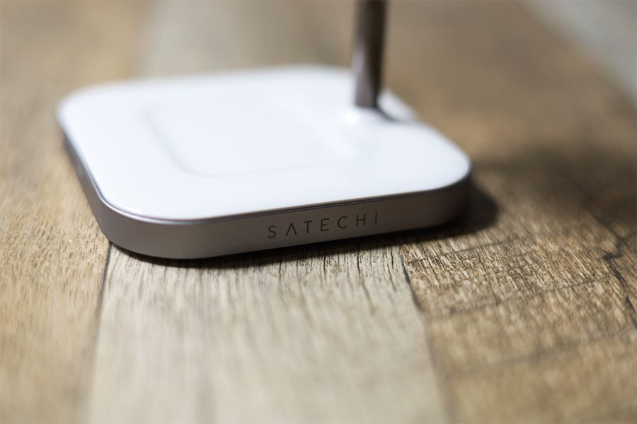 Satechi 2-in-1 MAGNETIC WIRESS CHARGING STANDの側面にSATECHIロゴあり