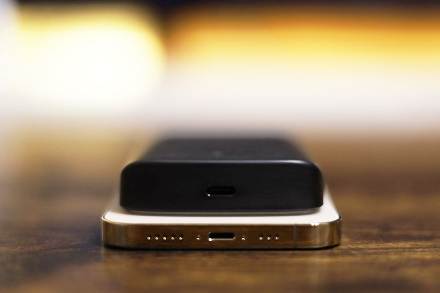 HyperJuice Magnetic Wireless Battery PackをiPhoneにつけてポート部分側を確認