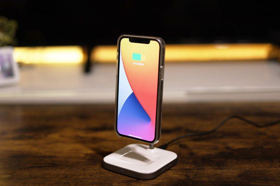 Satechi 2-in-1 MAGNETIC WIRESS CHARGING STANDはiPhoneを貼り付けるだけで充電できる