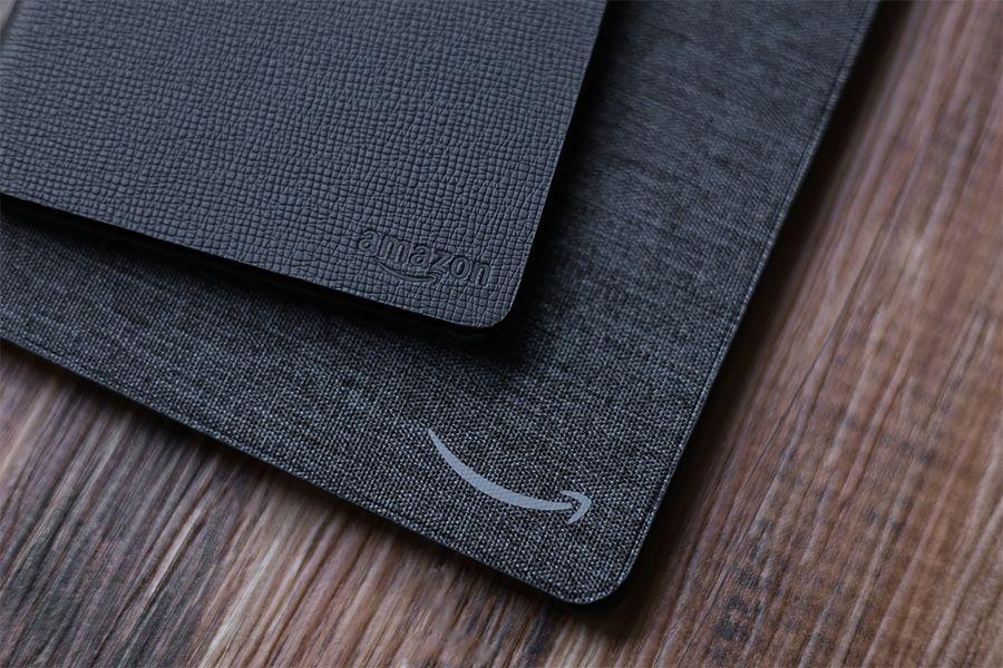 Kindle Paperwhite純正レザーケース:カバーとファブリックカバーのロゴは同じ