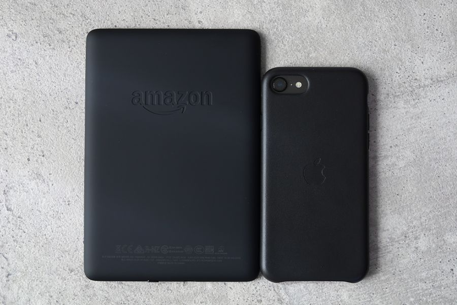 Kindle PaperwhiteとiPhoneのサイズ比較