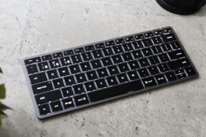 Satechi Slim X1 Bluetooth Backlit Keyboard レビュー|求めてたスリムキーボード!スペースグレイのテンキーなし