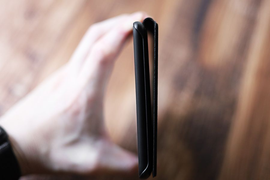 Kindle Paperwhite純正レザーケース:カバーはマグネットがあるので背面でくっつく