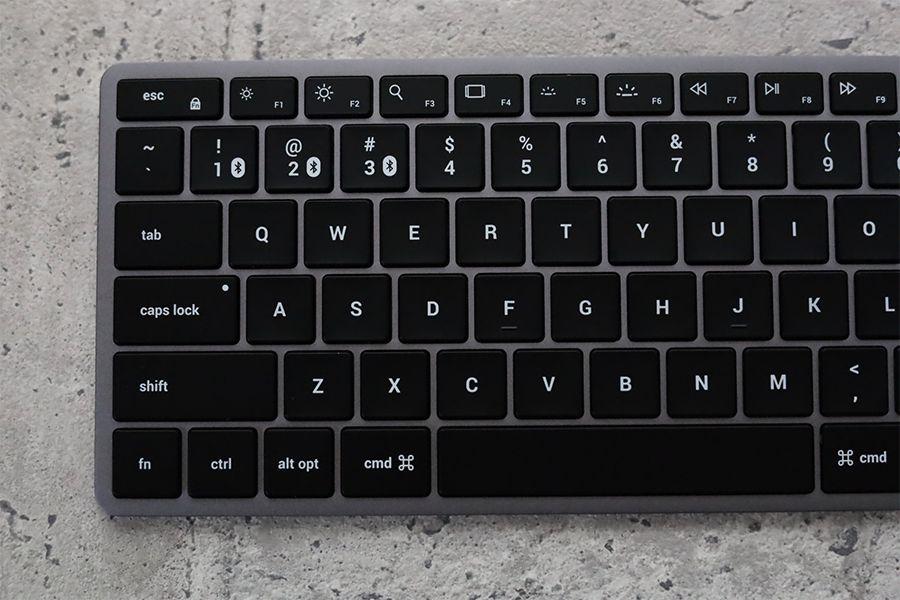 Satechi Slim X1 Bluetooth Backlit Keyboardの比較の左半分