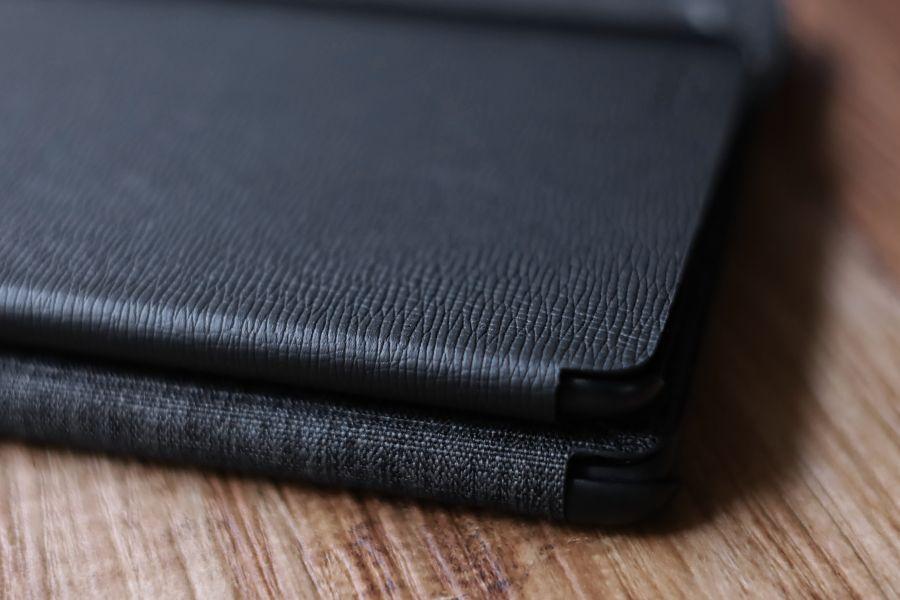 Kindle Paperwhite純正レザーケース:カバーとファブリックの折り目や角は同じスタイル