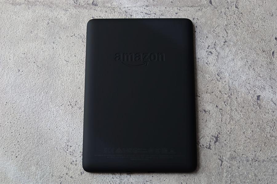 Kindle Paperwhiteの裏面デザインはロゴのみ