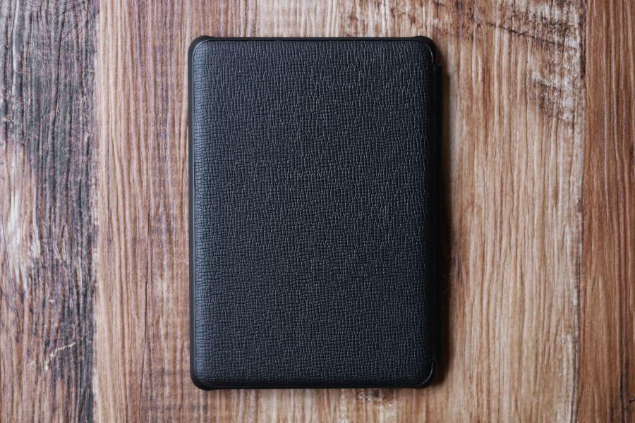 Kindle Paperwhite純正レザーケース:カバーの裏面にはロゴもなにもない