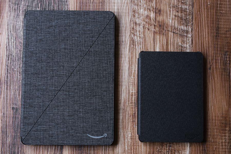 Kindle PaperwhiteのレザーケースとFireタブレットのファブリックケースを比較