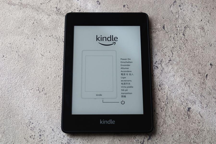 Kindle Paperwhiteの外観:デザインはシンプルにディスプレイとロゴのみ
