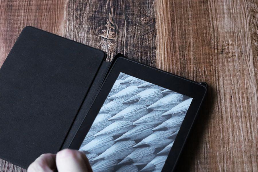 Kindle Paperwhite純正レザーケース:カバーは本体を角からはめるとキレイにハマる
