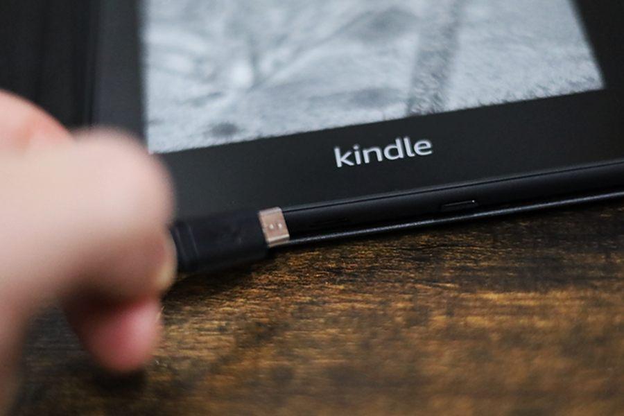 Kindle Paperwhiteは付属ケーブルで充電可能