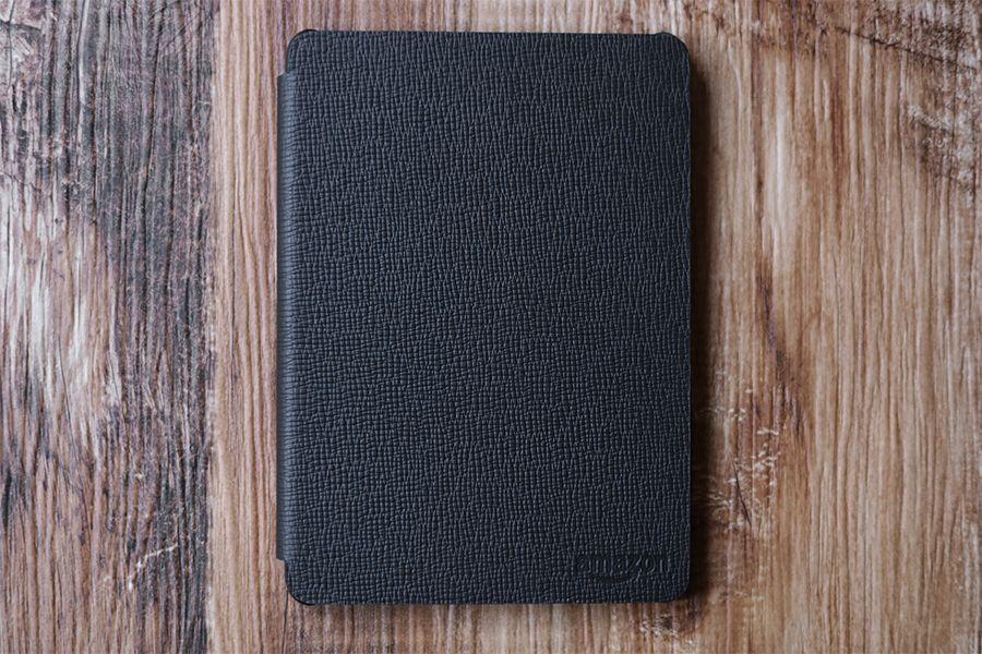 Kindle Paperwhite純正レザーケース:カバーの表面にはAmazonロゴあり