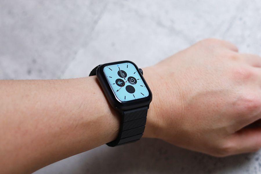 PITAKA Apple Watchバンドのモダンの白文字盤で装着状態