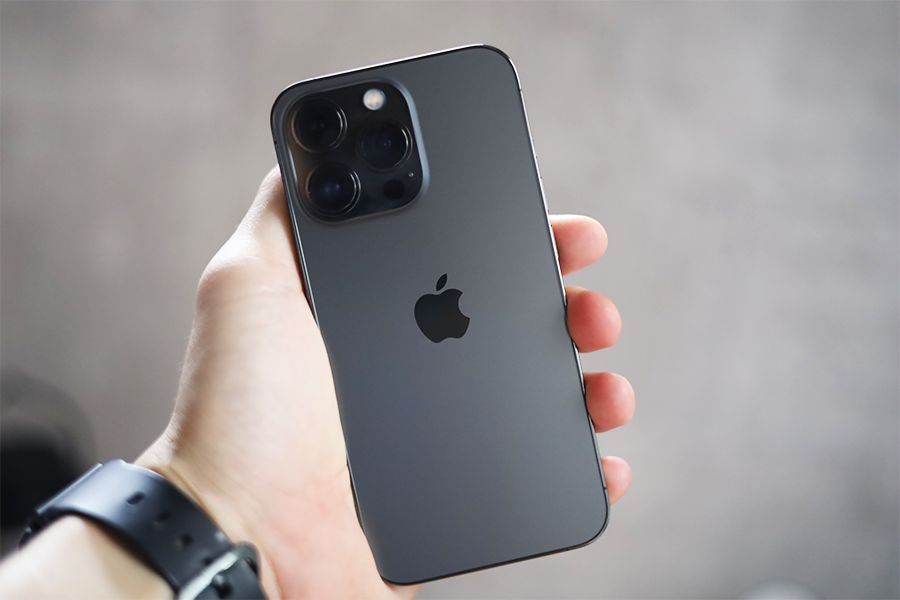 iPhone 13 Proは手に持った状態