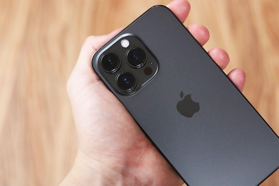 iPhone13Proは手でガッチリ持つことができる