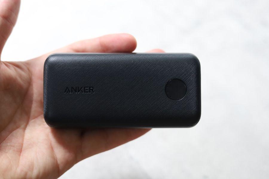 Anker PowerCore 10000Redux 25Wの特徴の一つ手のひらに収まるサイズ感