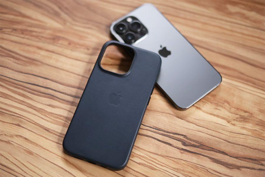 iPhone 13 ProはApple純正レザーケースを装着