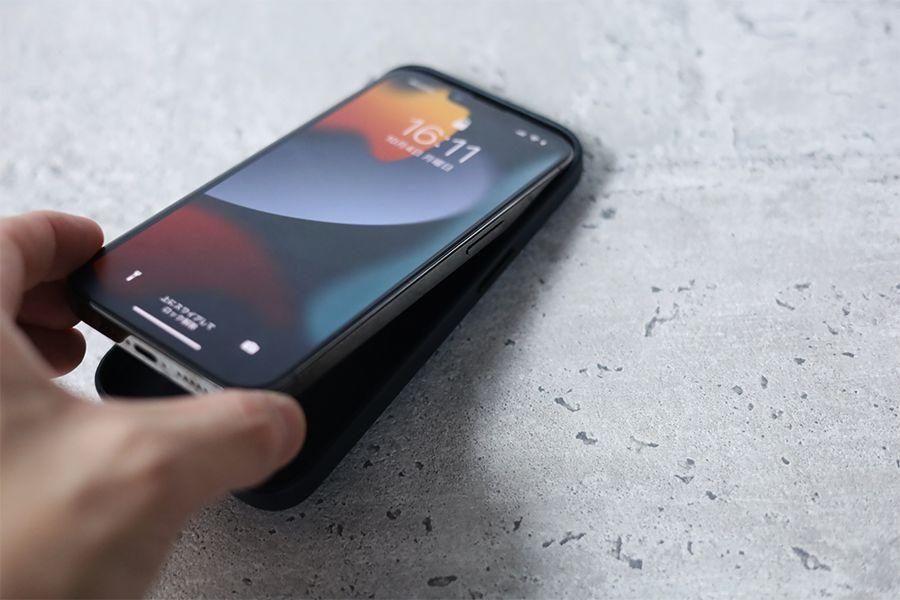 iPhone 13 Pro Apple純正レザーケースミッドナイトを装着する