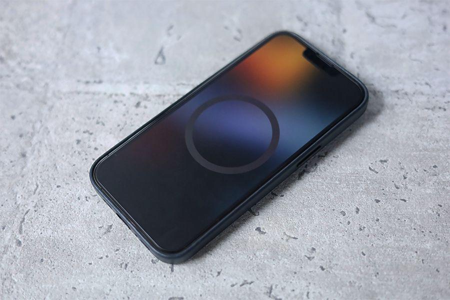 iPhone 13 Pro Apple純正レザーケースミッドナイトを装着するとMagSafeマークがでる